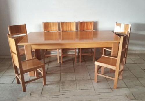 Jogo de mesa com 8 cadeiras no mogno real